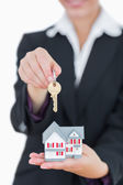 Real estate agent with house model and keys — Stock Photo
