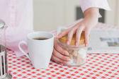 žena s šálek kávy a kontejner kostky cukru — Stock fotografie