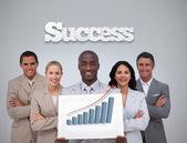 счастливый бизнесмен холдинг диаграмме показаны панели — Стоковое фото