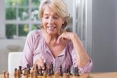 зрелая женщина, играл в шахматы — Стоковое фото
