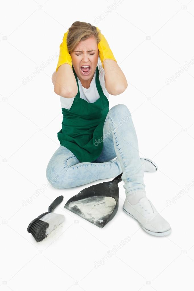 femme de m nage fatigu crier tant qu 39 elle est assise avec pan de brosse et de la poussi re. Black Bedroom Furniture Sets. Home Design Ideas