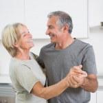 lyckliga paret dansar tillsammans — Stockfoto