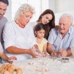 Счастливая семья, выпечки вместе — Стоковое фото