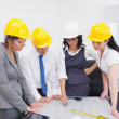 Team looking at a construction plan — Foto Stock