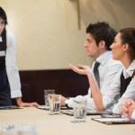 donna domanda nell'incontro d'affari — Foto Stock