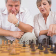 Old lovers playing chess  — Stock Photo