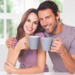 couple en regardant la caméra avec un café — Photo
