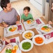 Family smiling around a healthy meal — Foto Stock