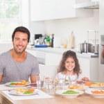 Улыбаясь семья с ужином — Стоковое фото