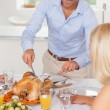 Man standing to carve the turkey - Foto Stock