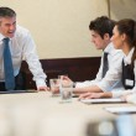 öfkeli patron iş toplantı — Stok fotoğraf