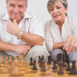 Old couple playing chess — Stock fotografie