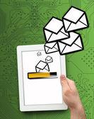 Digitální tablet, odesílání e-mailů — Stock fotografie