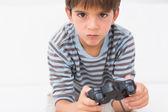 Jungen spielen seine spielkonsole — Stockfoto