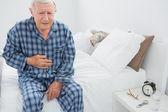 Yaşlı adam ile karın ağrısı acı — Stok fotoğraf