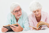 Husband and wife reading and chatting — Stock Photo