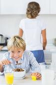 Mutlu çocuk having kahvaltı — Stok fotoğraf