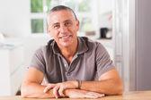 Mutlu bir adam mutfakta — Stok fotoğraf