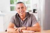 Szczęśliwy człowiek w kuchni — Zdjęcie stockowe