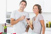 Sonriendo par disfrutar juntos de vino tinto — Foto de Stock