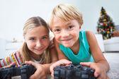 幸せな兄弟階ビデオ ゲームをプレイ — ストック写真