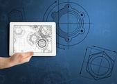 Hand som håller tablett med arkitekten illustrationer — Stockfoto