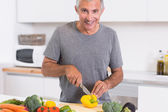Man cutting a yellow pepper — Stock Photo