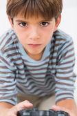 Little boy spel spelbordet — Stockfoto