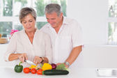 Old couple preparing vegetables — Stock Photo