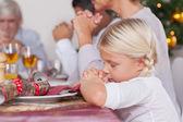 Familjen säger grace innan middagen — Stockfoto