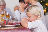 Family saying grace before dinner — Stockfoto