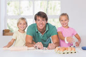 Smiling family with baking tools — Stock Photo