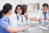 два доктора, выступая с двух медсестер — Стоковое фото