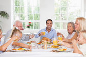 Famille grillage à thanksgiving — Photo
