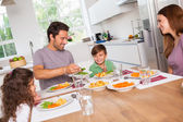 Légumes de portion de père en fils — Photo