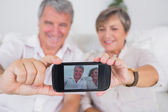 Old lovers taking a picture of themselves — Stock Photo