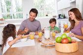 Familie eten gezond ontbijt — Stockfoto