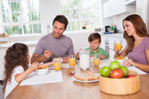 Family eating healthy breakfast — Stok fotoğraf