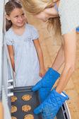 母亲和她的女儿带饼干 — 图库照片