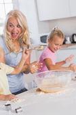 Mãe, fazer uma careta, enquanto seus filhos com da massa — Foto Stock