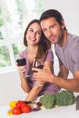 улыбаясь пара с вино и овощи — Стоковое фото