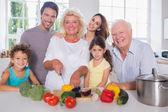 Mehrgenerationen-familie schneiden gemüse zusammen — Stockfoto