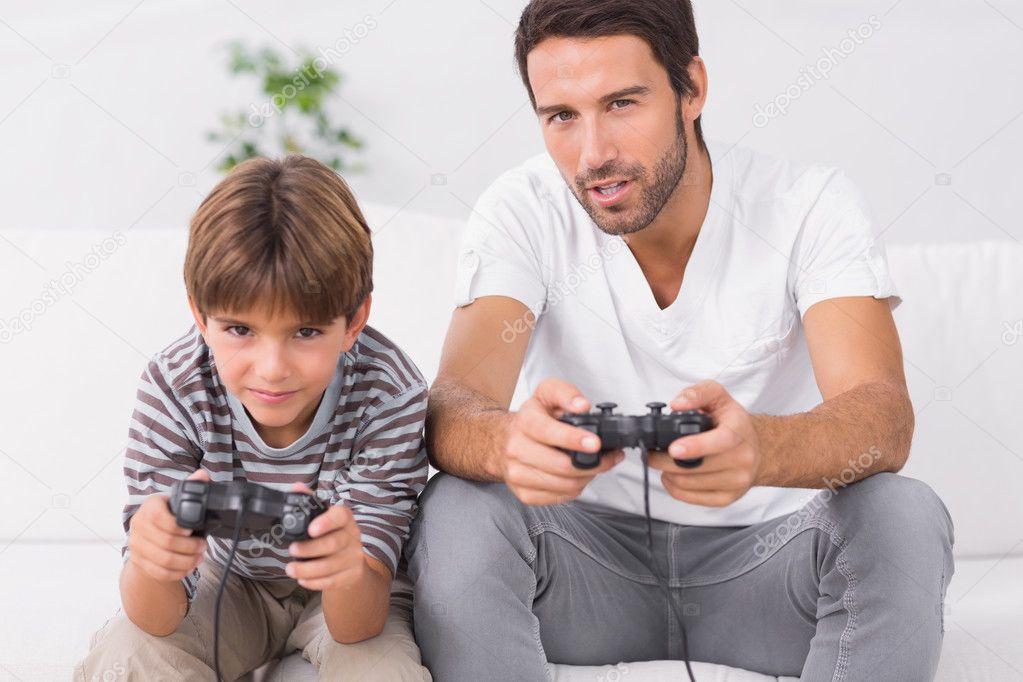Pai e filho jogando video games foto stock 169 wavebreakmedia