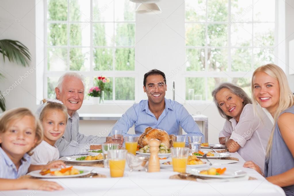 Famiglia sorridente al ringraziamento foto stock - Ringraziamento tacchino al colore ...