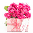 Bouquet of pink roses next to a pink gift with a happy mothers d — Stock Photo