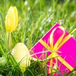 Pink gift box with easter egg and yellow tulip — Stock Photo