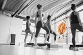 Espejo retrovisor de mujeres haciendo ejercicio con interfaz futurista — Foto de Stock