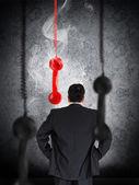 Homme d'affaires en regardant suspendu récepteur téléphonique — Photo
