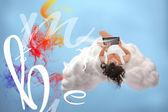 Chica morena relajada de conexión para la computación en nube — Foto de Stock