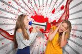 Mädchen schreien an einem anderen durch ein megaphon, wie sie ihre ohren verdeckt — Stockfoto